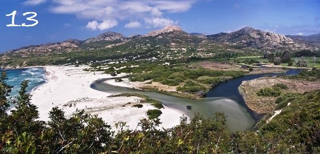 Vue de la plage de l'Ostriconi en Corse.