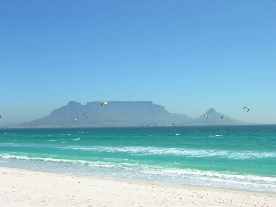 Vue d'une plage avec des cerfs volants en Afrique du Sud.