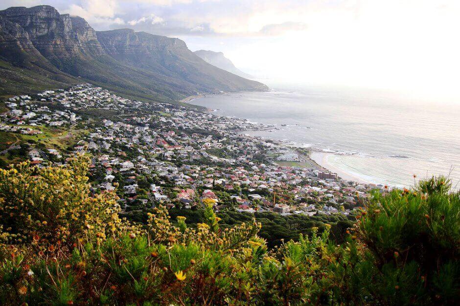 Vue d'une baie cernée de montagnes en Afrique du Sud.