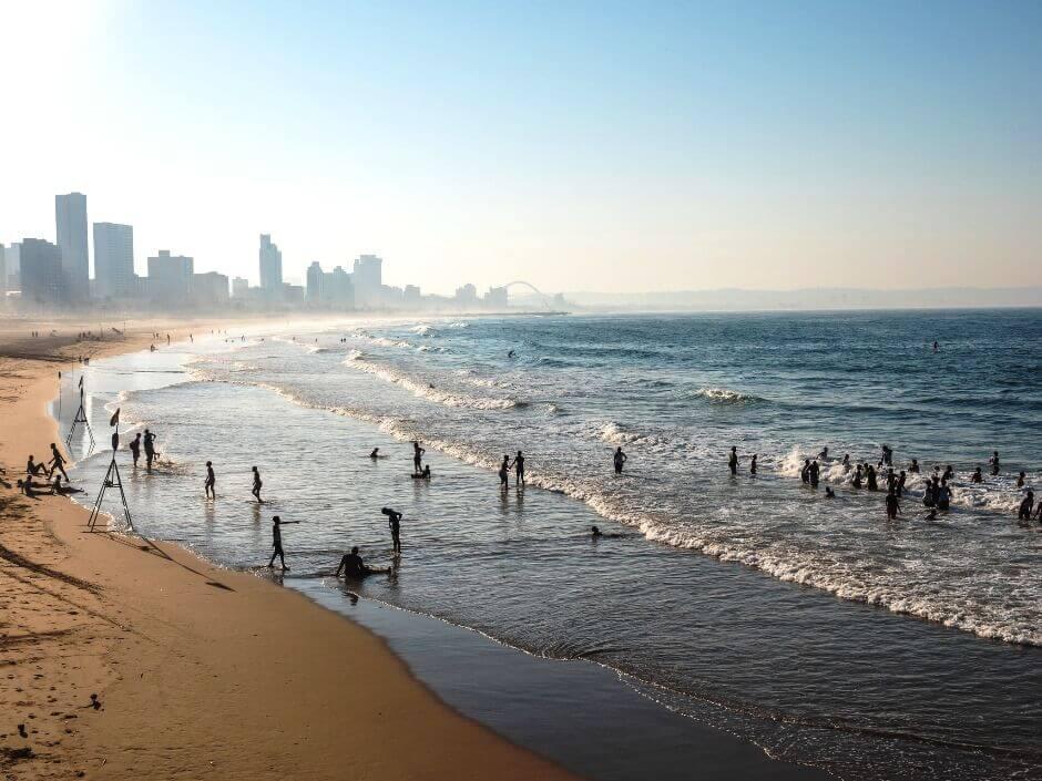 Vue d'une plage bordée par les gratte-ciel de la ville de Durban en Afrique du Sud.