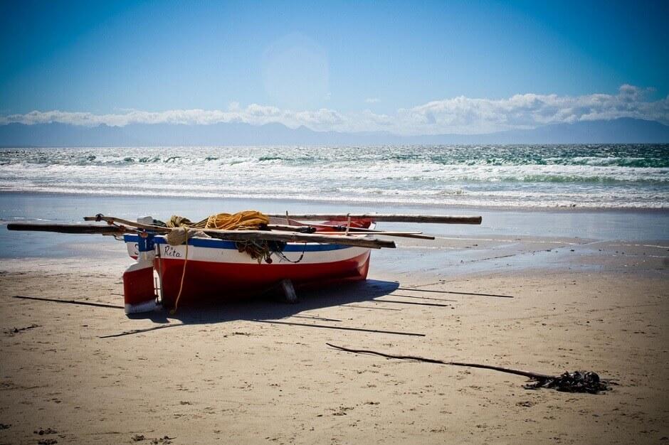 Vue d'une barque de pécheur échouée sur une plage de sable en Afrique du Sud.
