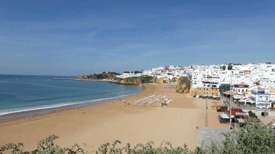 Vue de la plage d'Albufeira en Algarve.