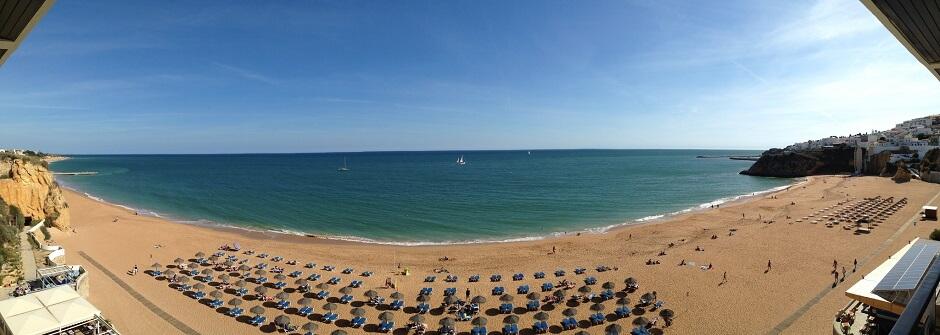 Vue d'une plage en Algarve au Portugal.