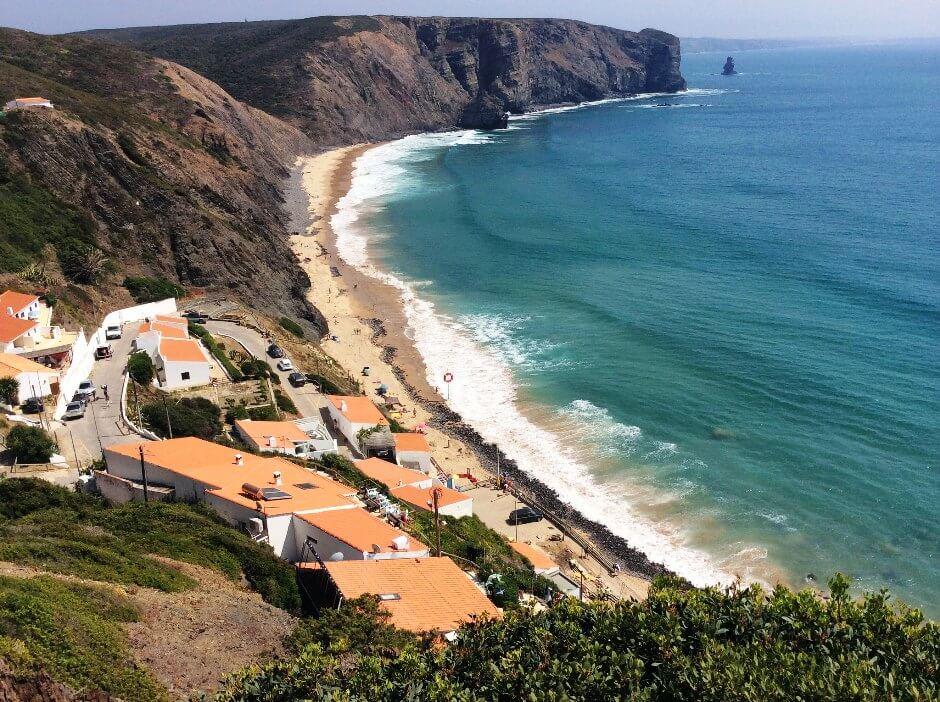 Vue de la plage d'Arrifana au Portugal.