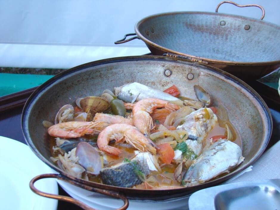 Vue d'une cataplana typique de la gastronomie de l'Algarve.