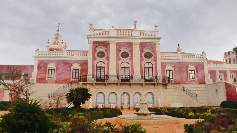 Vue du château d'Estoi au Portugal.