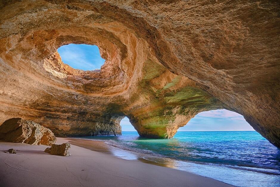 Vue de la grotte marine de Benagil en Algarve.