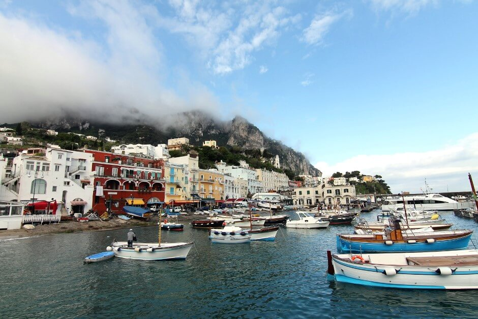 Vue du port de Capri en Italie.