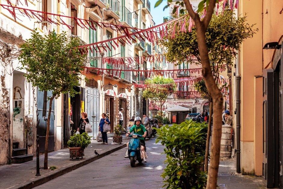 Vue d'une rue de Salerne en Italie.