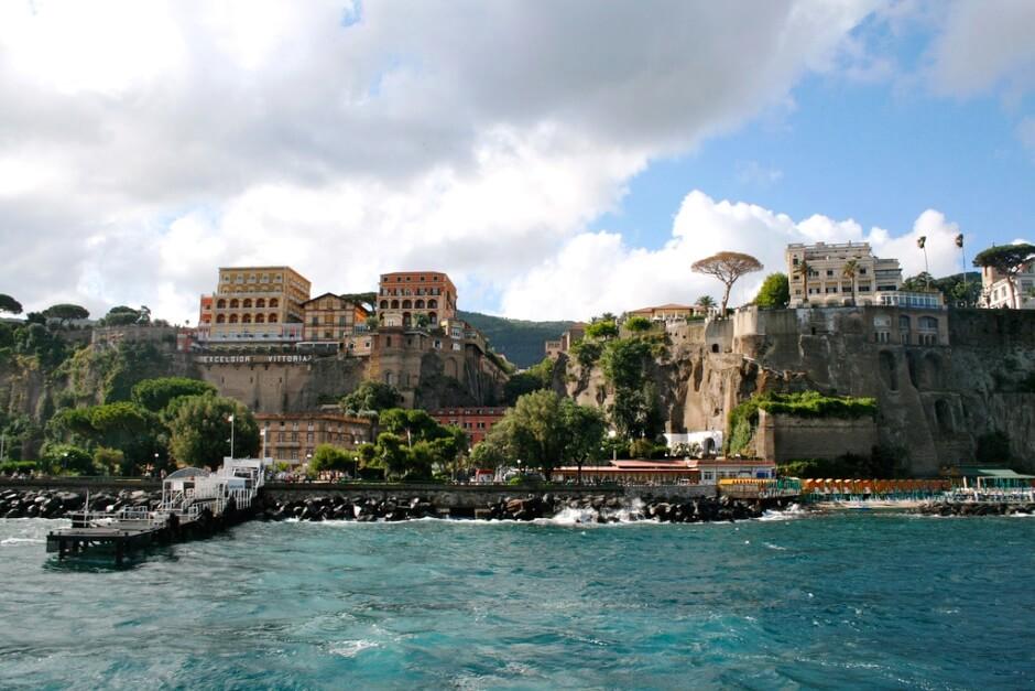 Vue du port et de la ville de Sorrente en Italie.