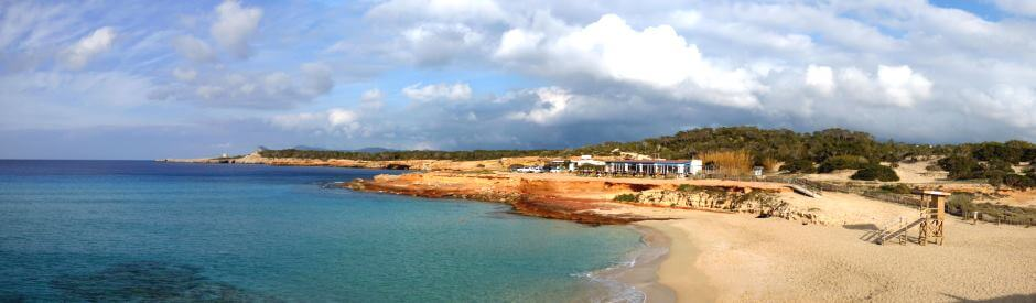 Vue de la plage de Cala Comte à Ibiza.