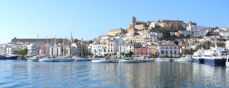 Vue de la ville d'Ibiza depuis la mer.