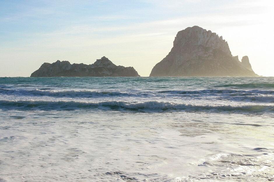 Vue du rocher d'Es Vedra dans la mer, au large d'Ibiza en Espagne.
