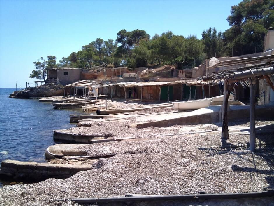 Cabanons de pécheurs au bord de la mer à Ibiza en Espagne.