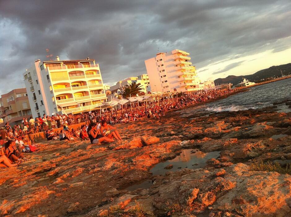 Vue de la plage de Sant Antoni de Portmany à Ibiza.