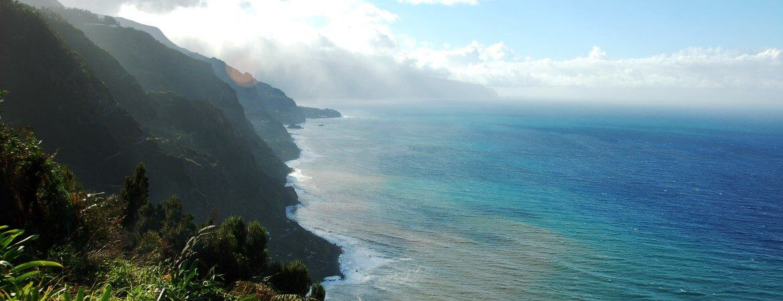Vue des falaises de l'île de Madère.