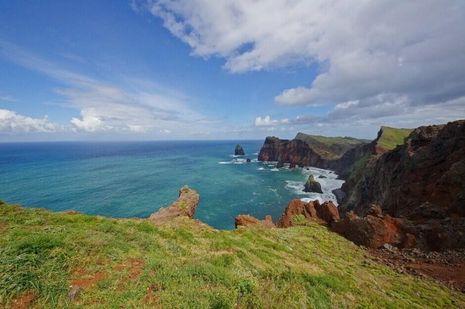 Vue d'un cap et de l'océan sur l'île de Madère.