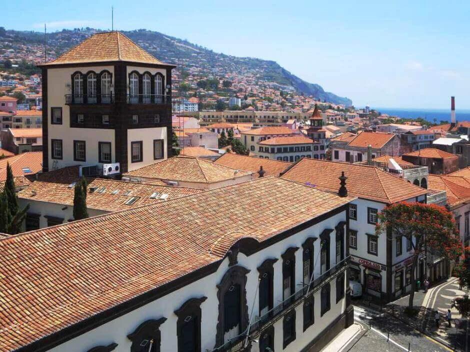 Vue des toits rouges d'une vieille ville sur l'île de Madère.