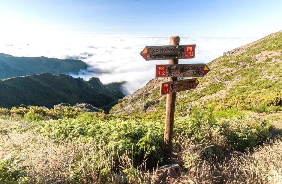 Vue d'un panneau indicateur de randonnée sur l'île de Madère.