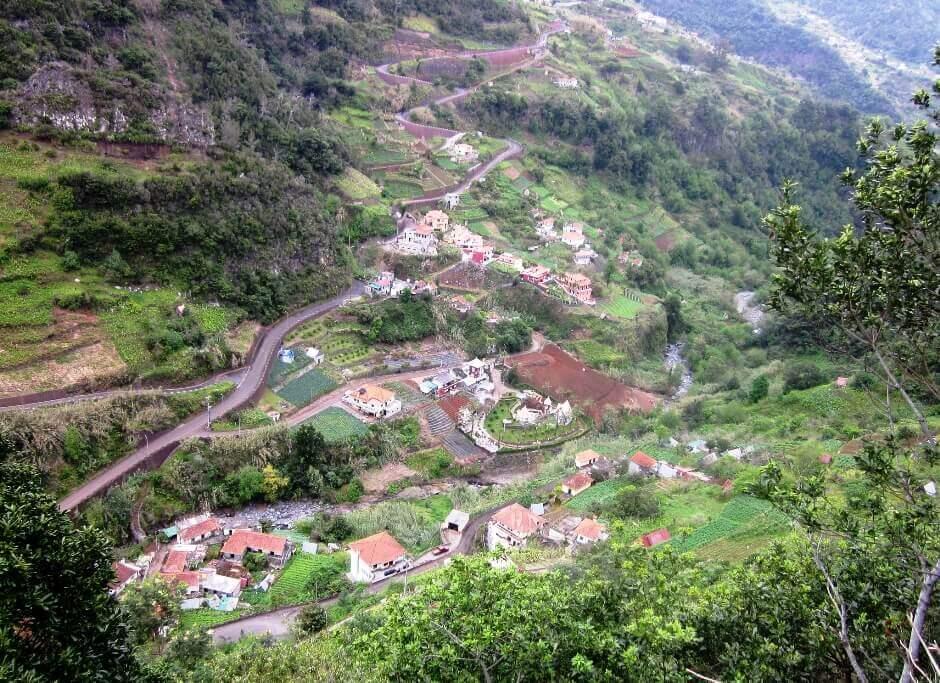 Vue d'un village au cœur de la forêt de Madère.