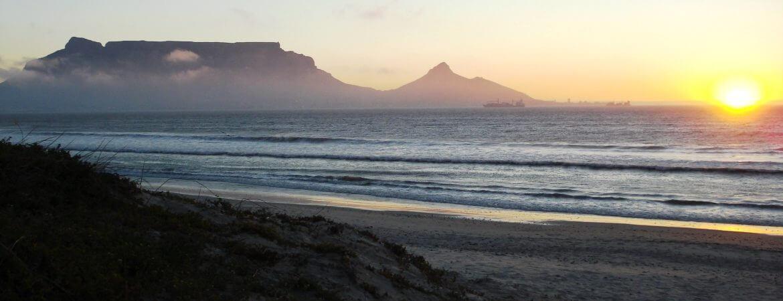 Lever de soleil sur une plage du Cap en Afrique du Sud.