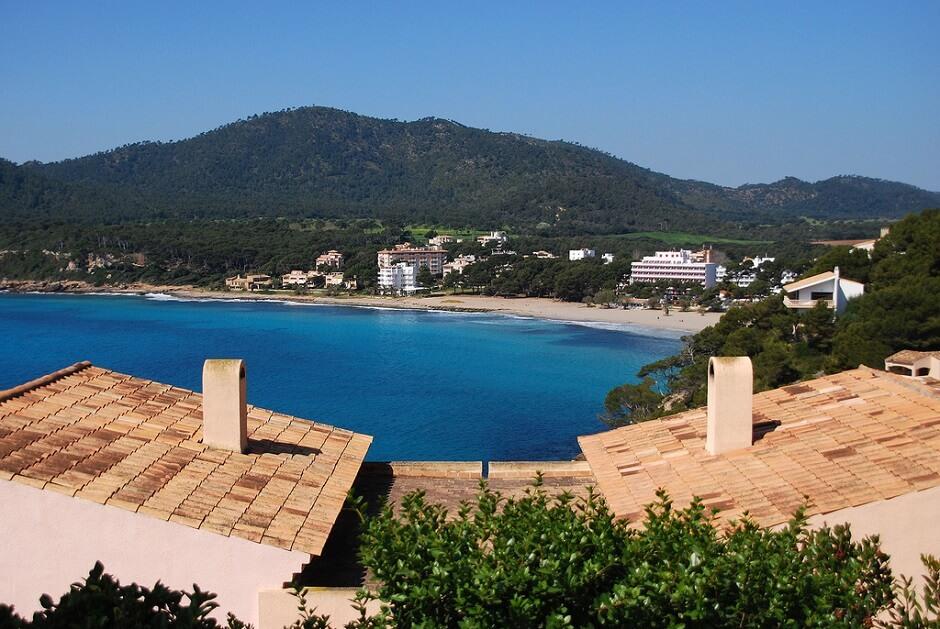 Vue du village et de la plage de Canyamel à Majorque.
