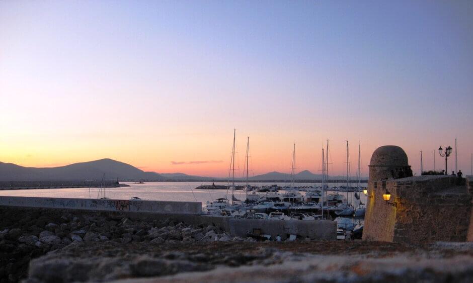 Coucher de soleil sur les remparts d'Alghero en Sardaigne.
