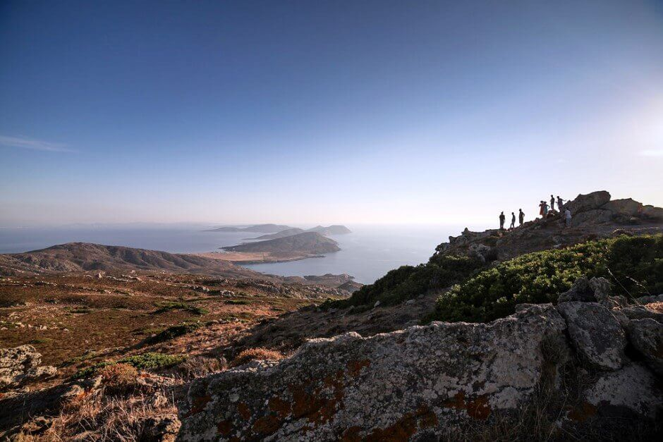 Vue sur la mer depuis le sommet d'une colline en Sardaigne.