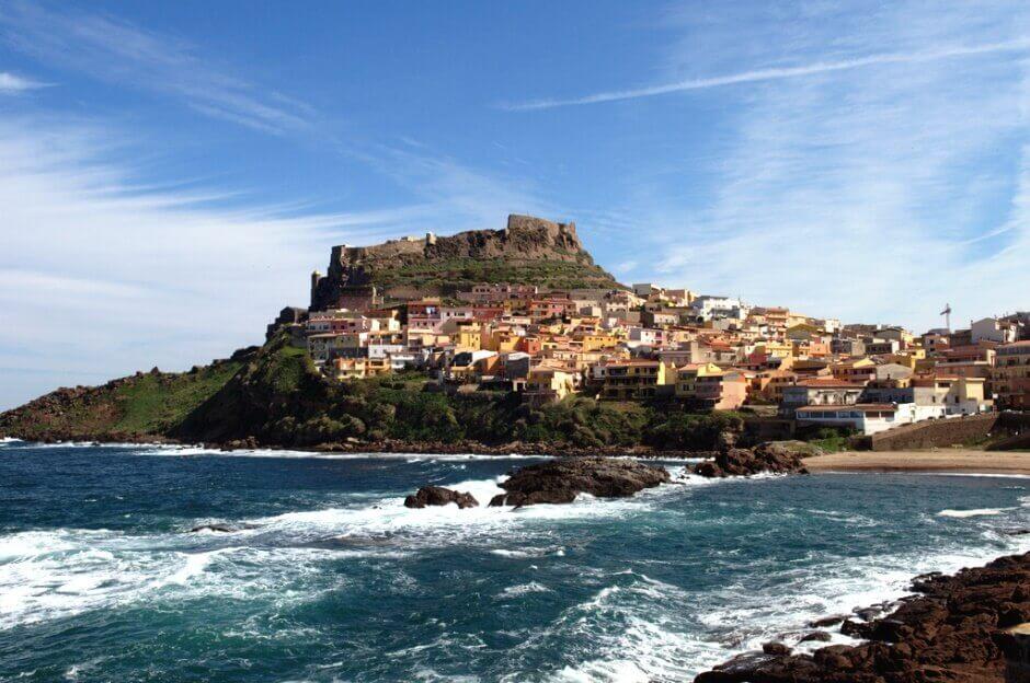Vue d'une ville sur une colline au bord de la mer, en Sardaigne.