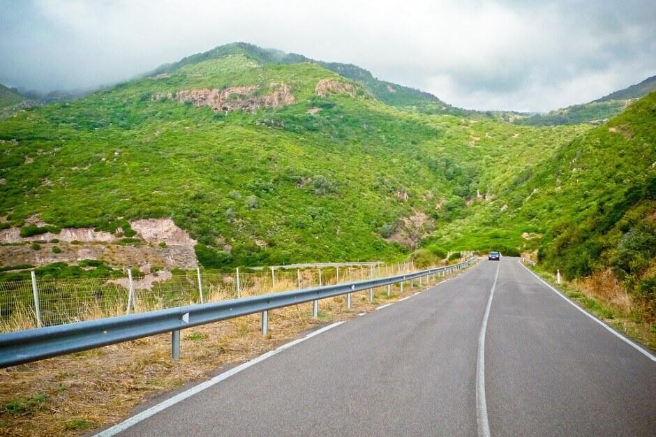 Vue d'une route au pied d'une colline en Sardaigne.