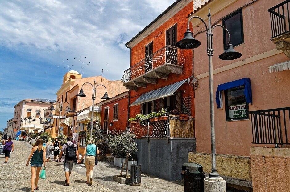 Vue d'une rue aux maisons colorées dans une petite ville de Sardaigne.