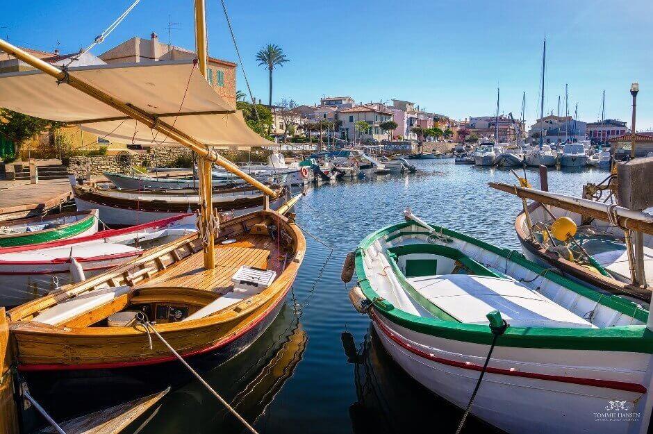 Vue de barques colorées dans un port de Sardaigne.
