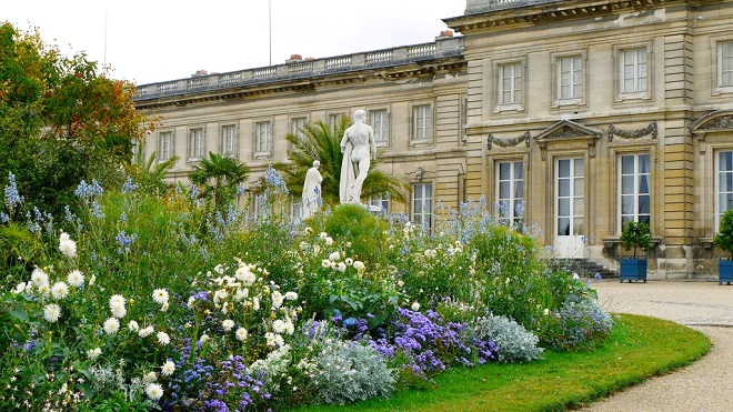 Vue des jardins du château de Compiègne dans l'Oise.