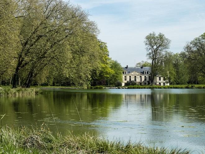 Vue du lac et du château d'Ermenonville dans l'Oise.