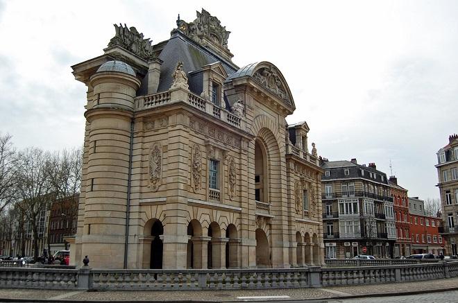 Vue de la porte de Paris à Lille.