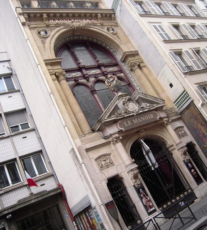 Vue de la façade du Manoir de Paris.