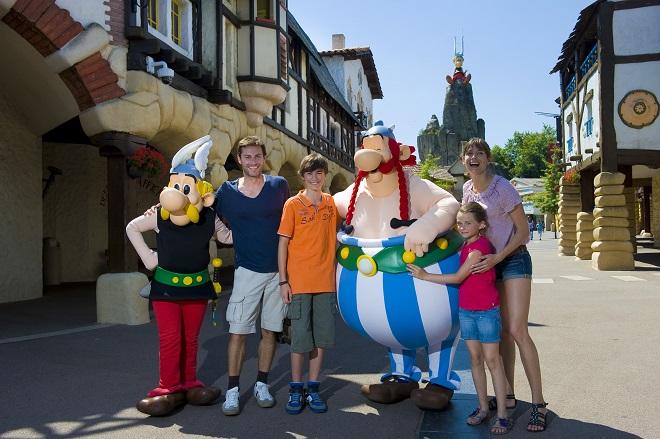 Astérix et Obélix posant avec des touristes à l'entrée du Parc Astérix dans l'Oise.