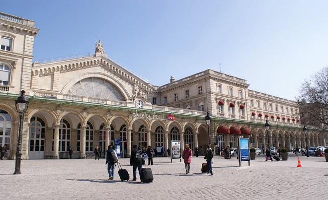 Vue de la façade de la gare de l'Est à Paris.