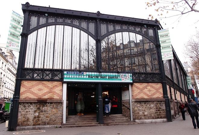 Vue de la façade du marché Saint-Quentin à Paris.