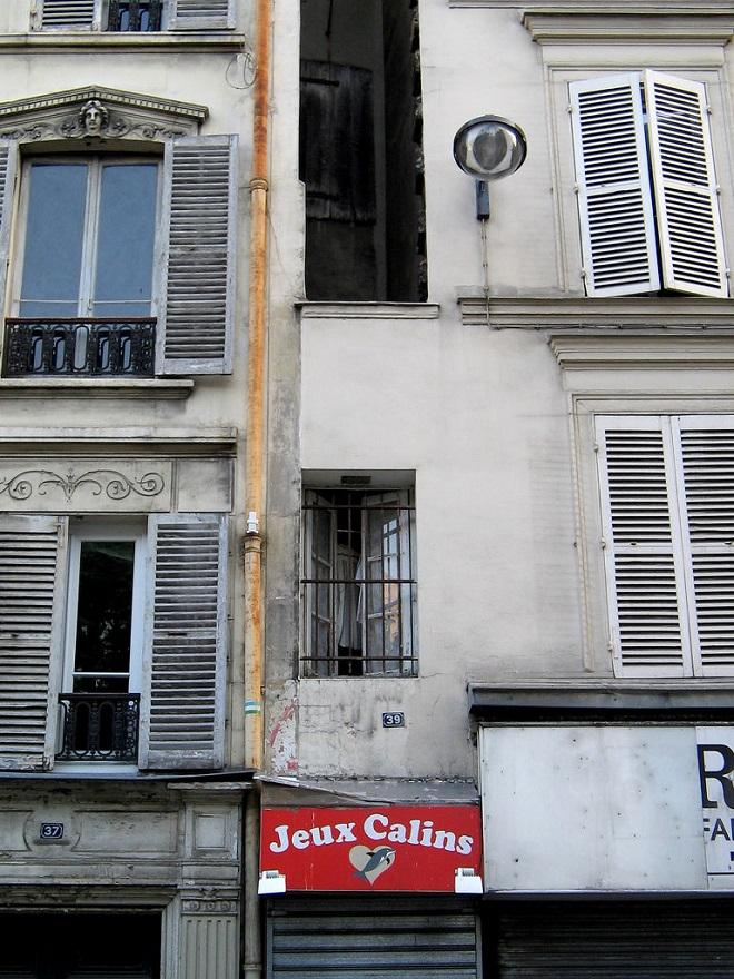 Vue de la façade de la plus petite maison de Paris.