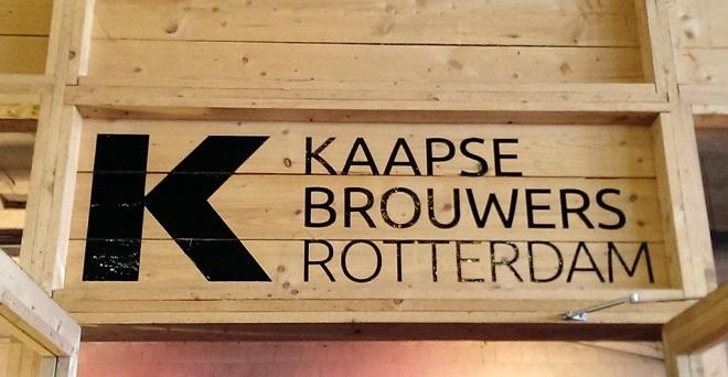 Vue de l'enseigne d'une brasserie à Rotterdam.