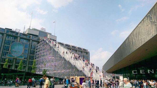 Vue d'un escalier géant installé devant la gare de Rotterdam Centraal.
