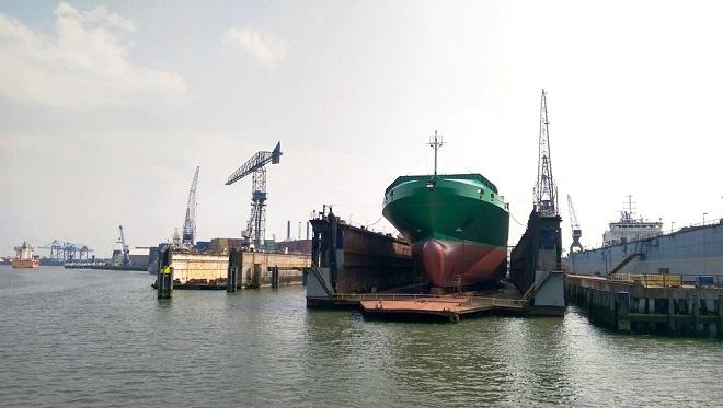 Vue d'un navire en cale sèche à Rotterdam.