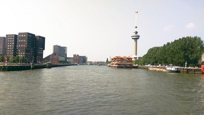 Vue de Rotterdam avec une tour de télévision.