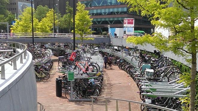 Vue d'un parking à vélos à Rotterdam.