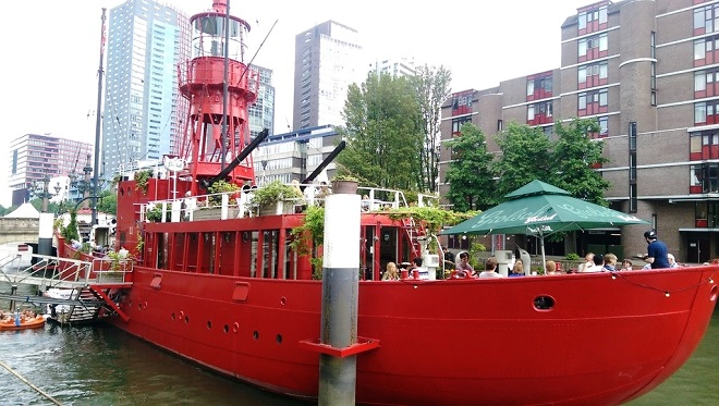 Vue d'un bateau-restaurant à Rotterdam.