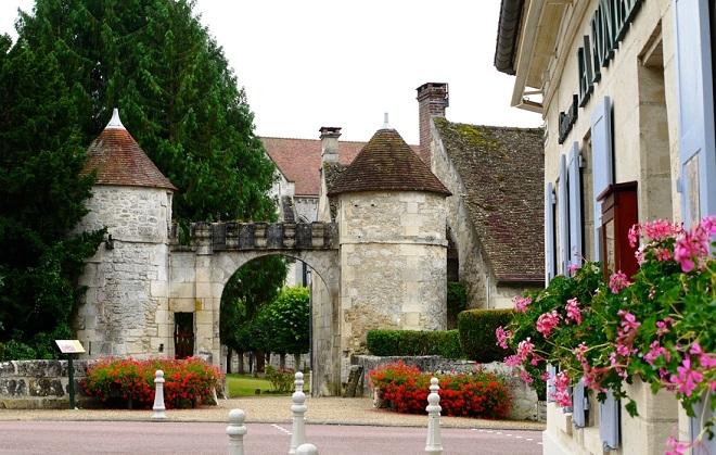 Vue d'une rue de Saint-Jean-aux-Bois dans l'Oise.