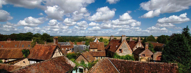 Vue des toits du village de Gerberoy dans l'Oise.