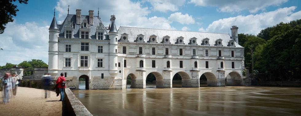 Vue du château de Chenonceau au-dessus de la rivière, dans la vallée de la Loire