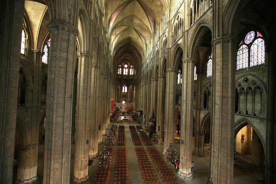 Vue intérieure de la cathédrale de Bourges.
